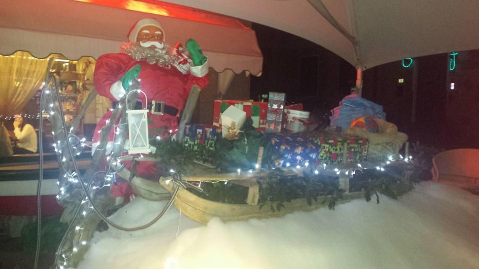 pupazzo di Babbo Natale e una slitta illuminata