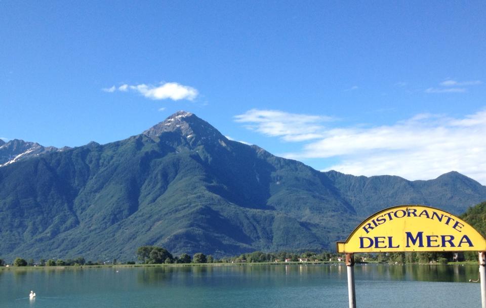 vista del cartello ristorante Del Mera, il lago e le montagne