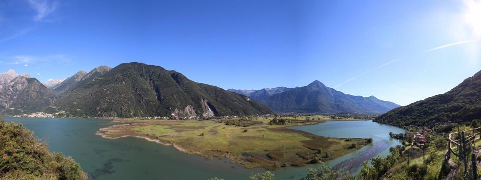 vista dall'alto del lago e delle montagne