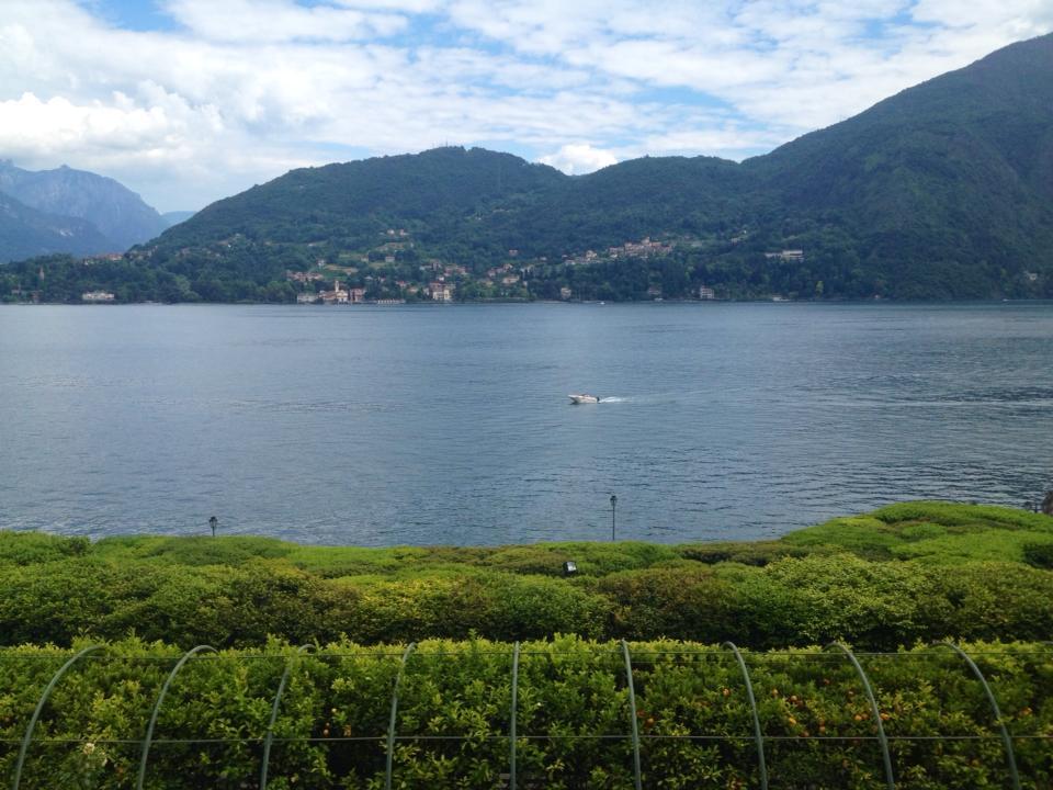 vista del lago e in lontananza delle montagne