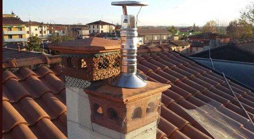tetto di una casa con canne fumarie