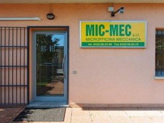 Insegna e porta d'ingresso di MIC-MEC