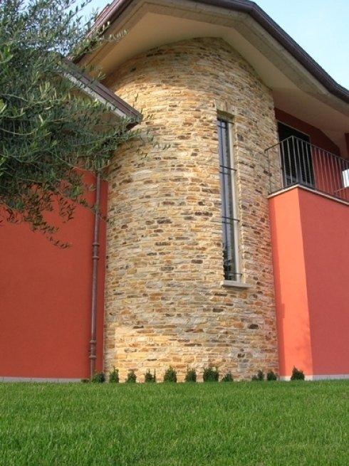 Muro realizzato con blocchetti di quarzite, giunto a vista con cemento colorato.