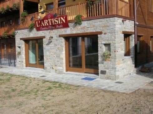 Ristrutturazione albergo con muro in pietra.