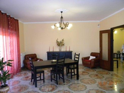 sala con tavoli e sedie in casa di riposo