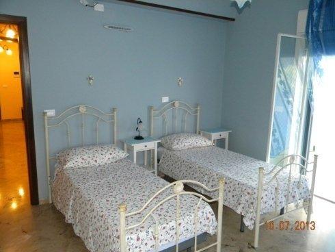 camera doppia  con tende blu in casa di riposo