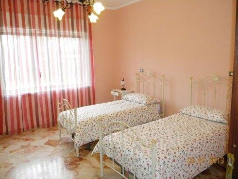 camera doppia con pareti rosa in casa di riposo