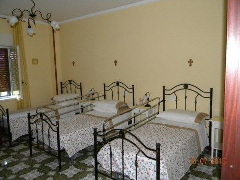 camera tripla con parei chiare in casa di riposo
