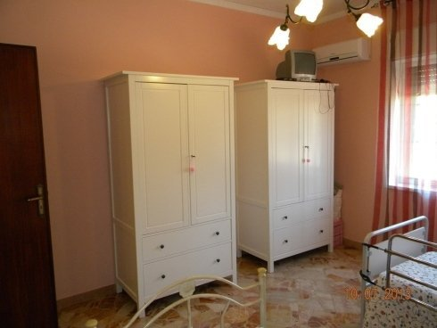 due armadi in camera da letto in casa di riposo