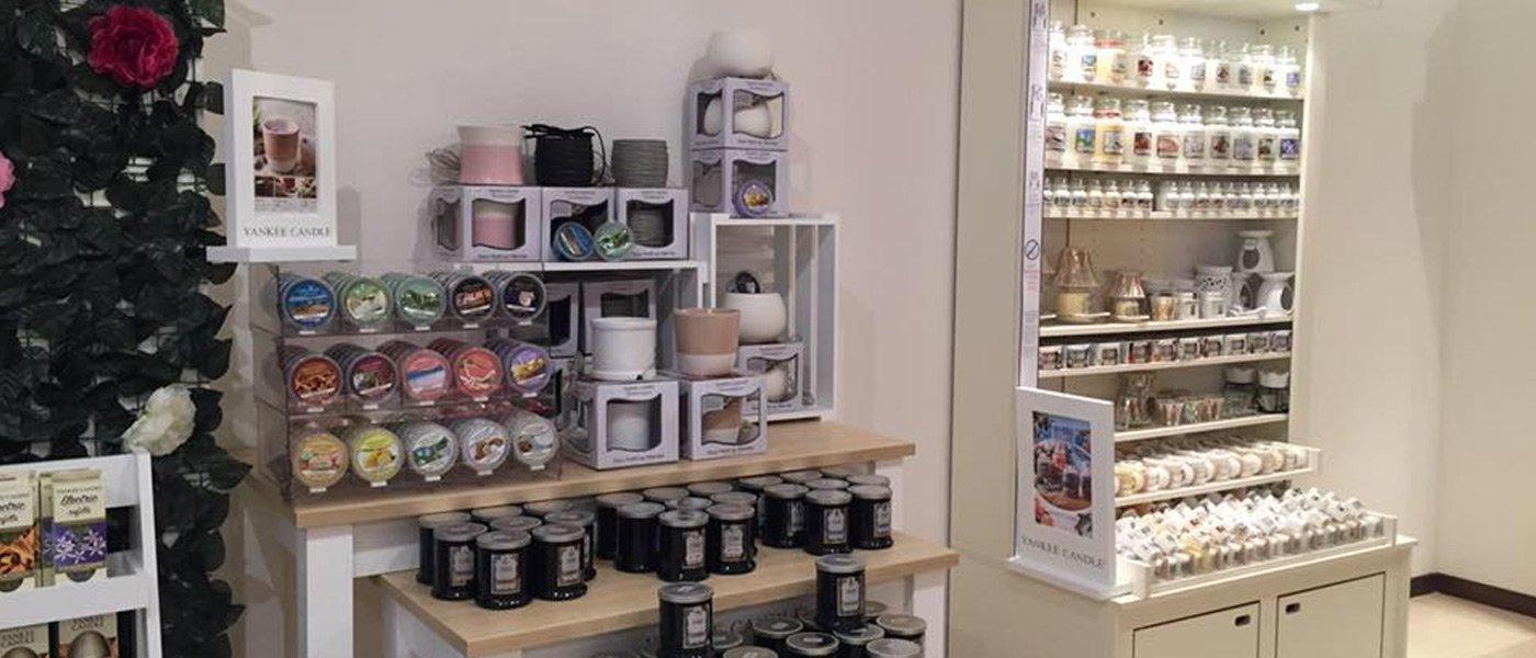 Immagine degli interni del negozio Yankee Candle con articoli da regalo e candele profumate a forlimpopoli
