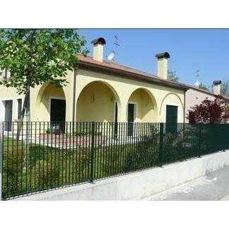 Casa gialla con porticato