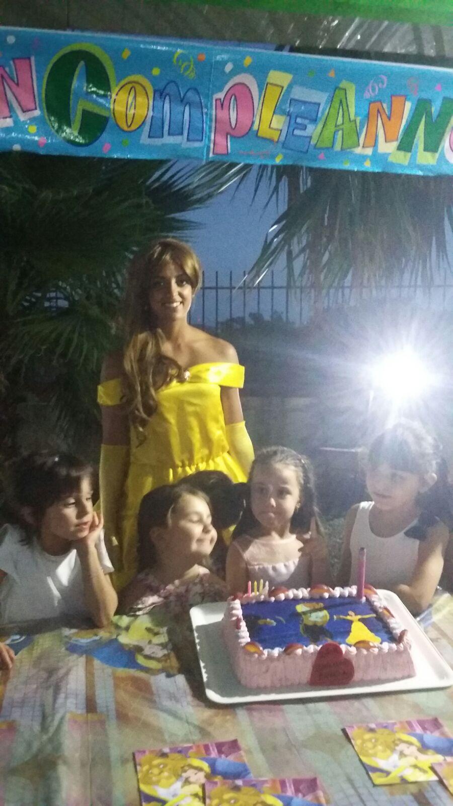bambini di fronte alla torta di compleanno