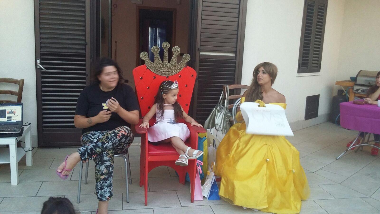bambina e animatori in costume