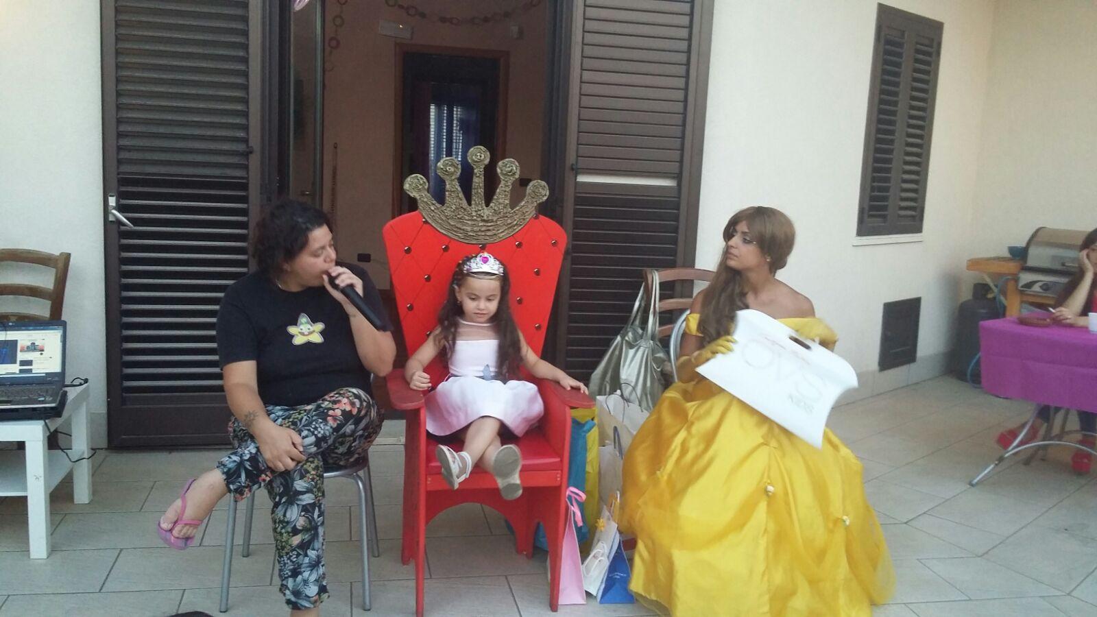 bambina su trono con animatori