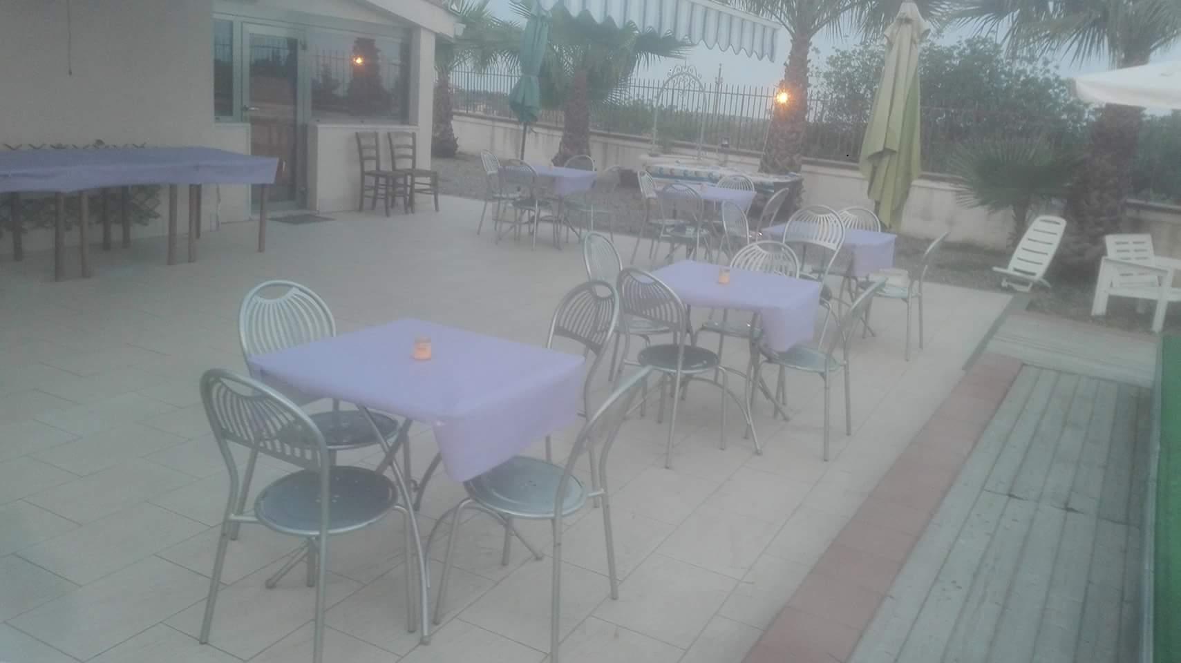 tavoli in cortile