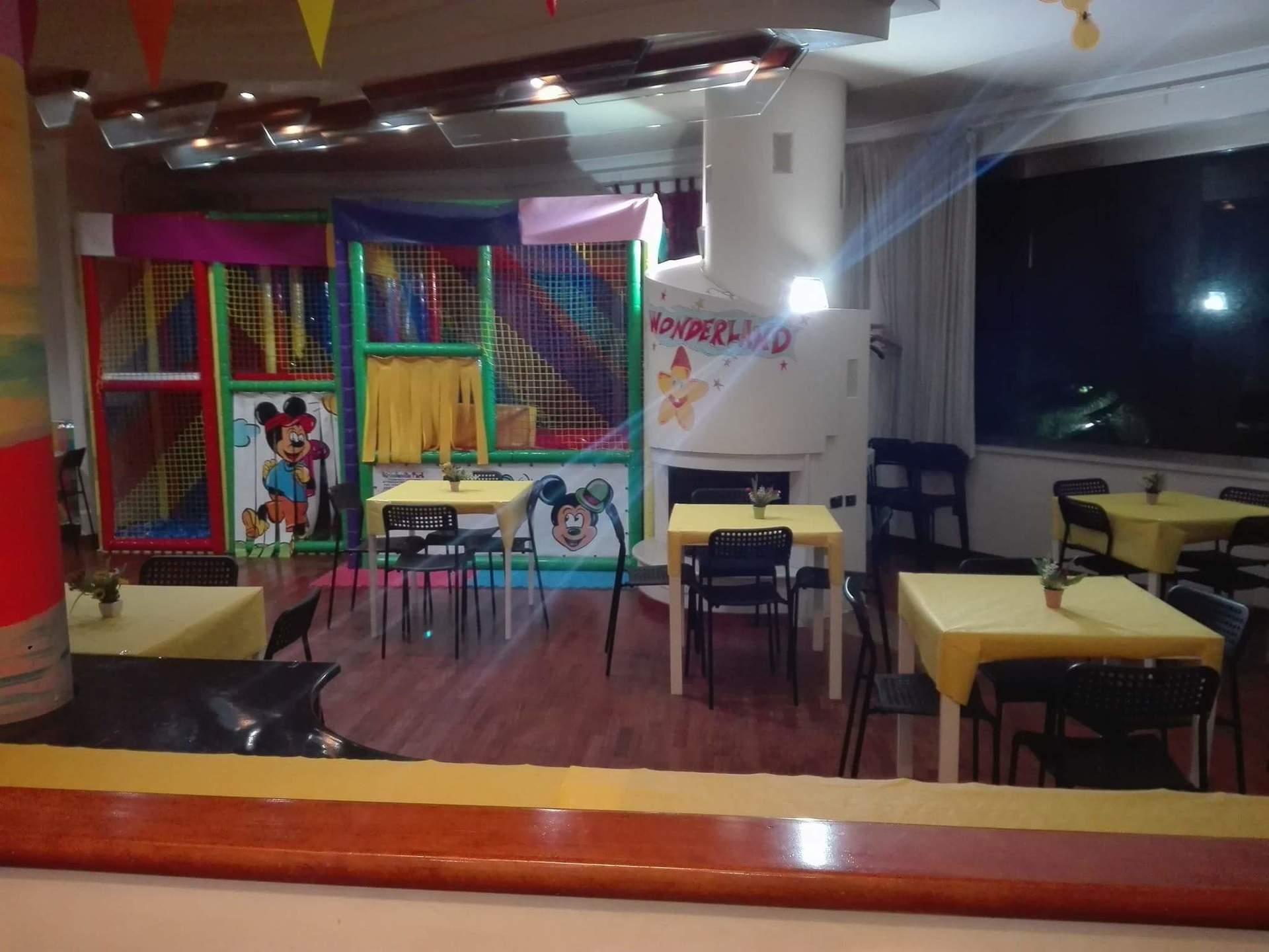 area giochi per bambini con tavoli