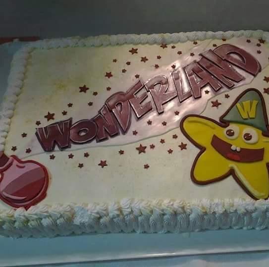 torta decorata con scritta Wonderland