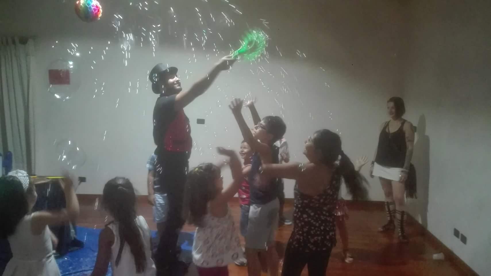 bambini giocano con le bolle