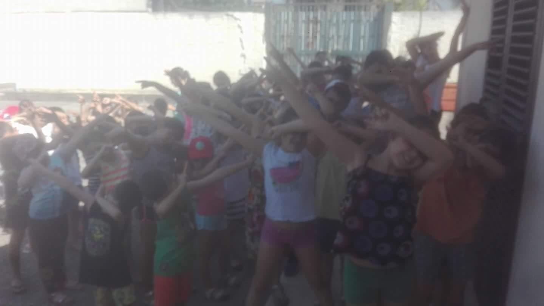 bambini che fanno ballo di gruppo