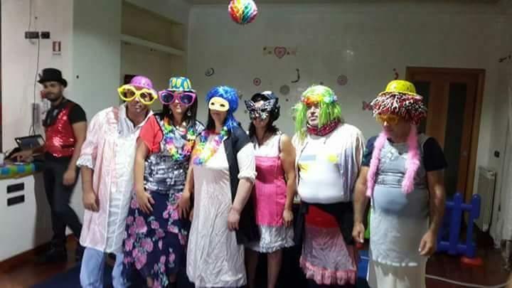 gruppo di animatori in costume