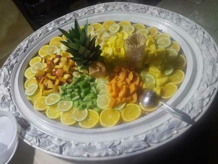 vassoio di frutta tagliata
