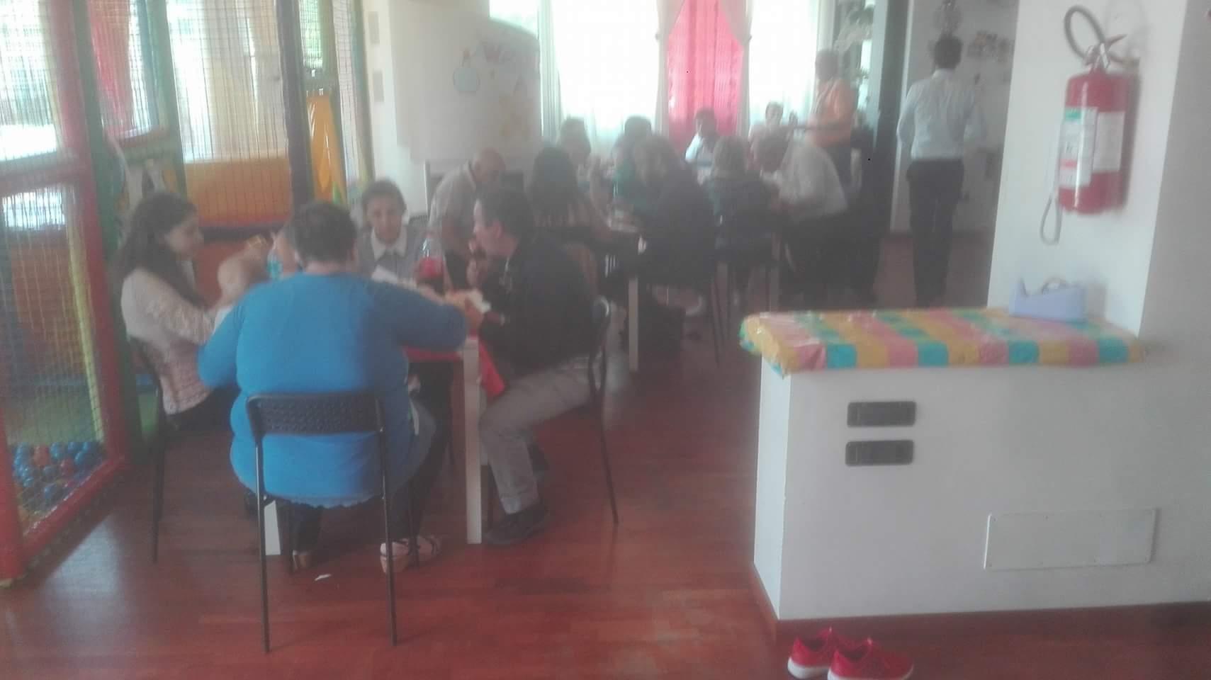 ospiti seduti a tavola