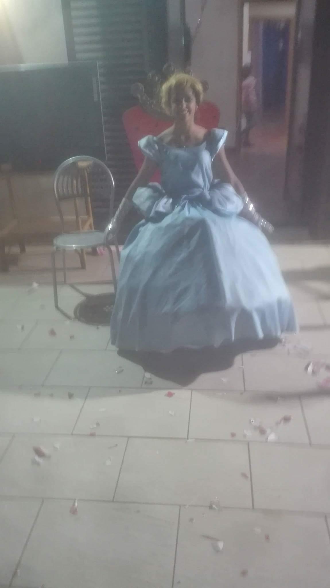 ragazza vestita da Cenerentola