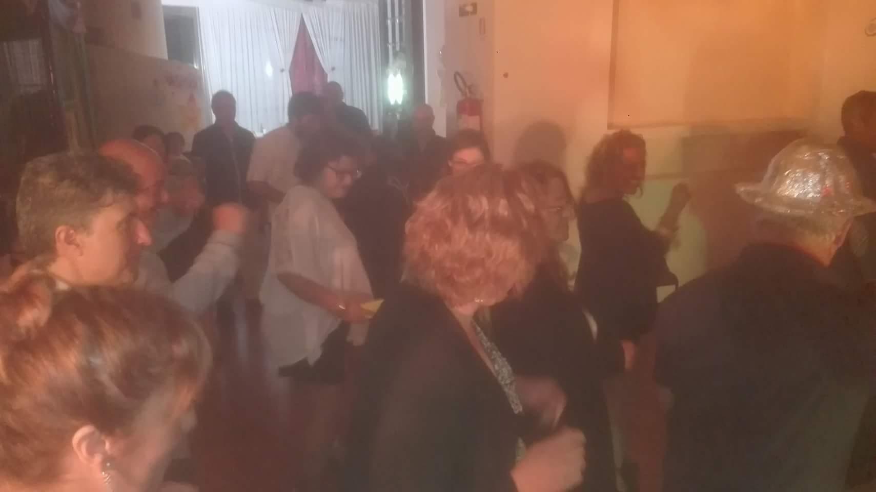 donne fanno ballo di gruppo