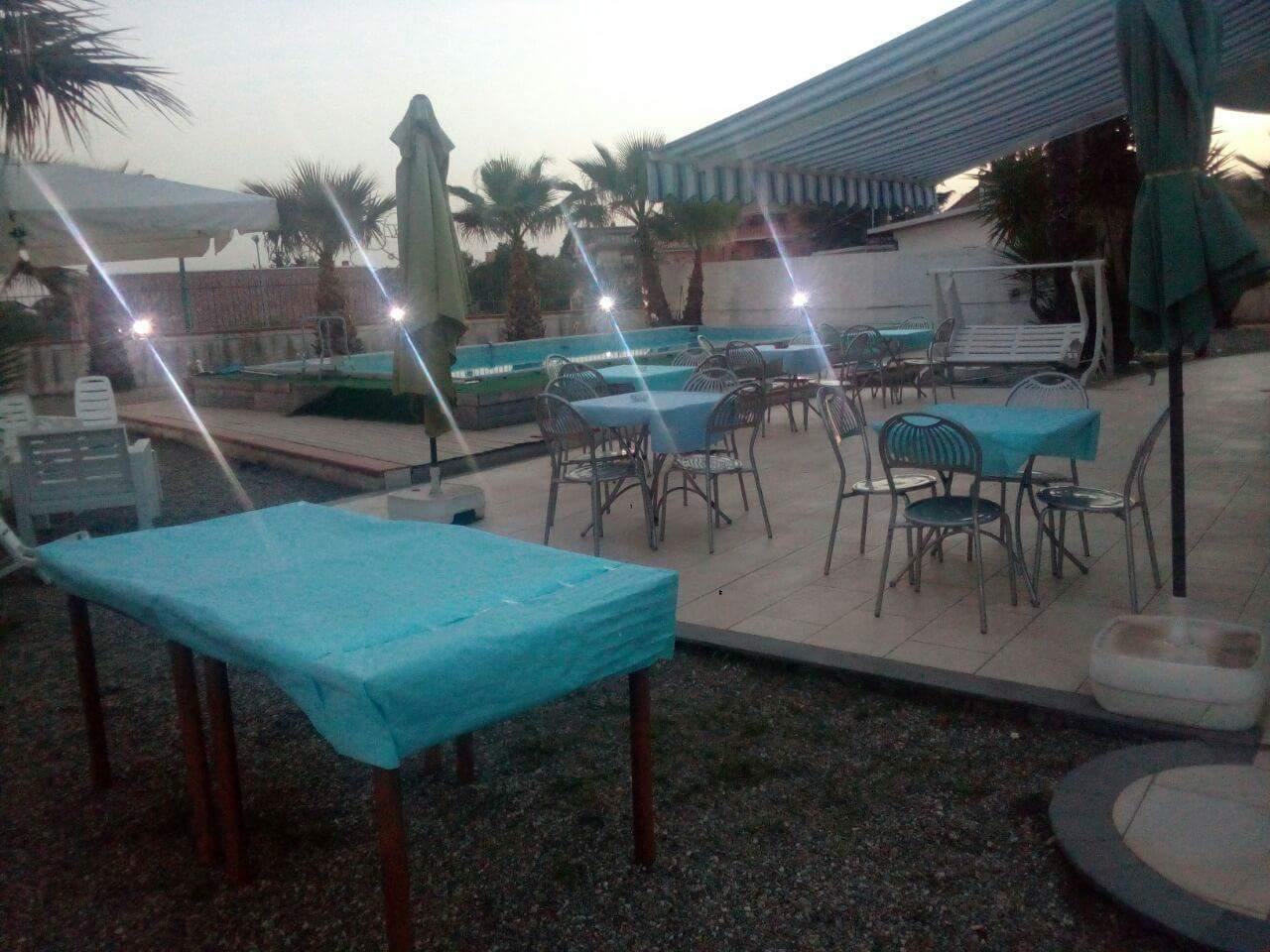 tavolini all'esterno