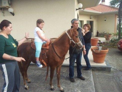 Bimba su un cavallo