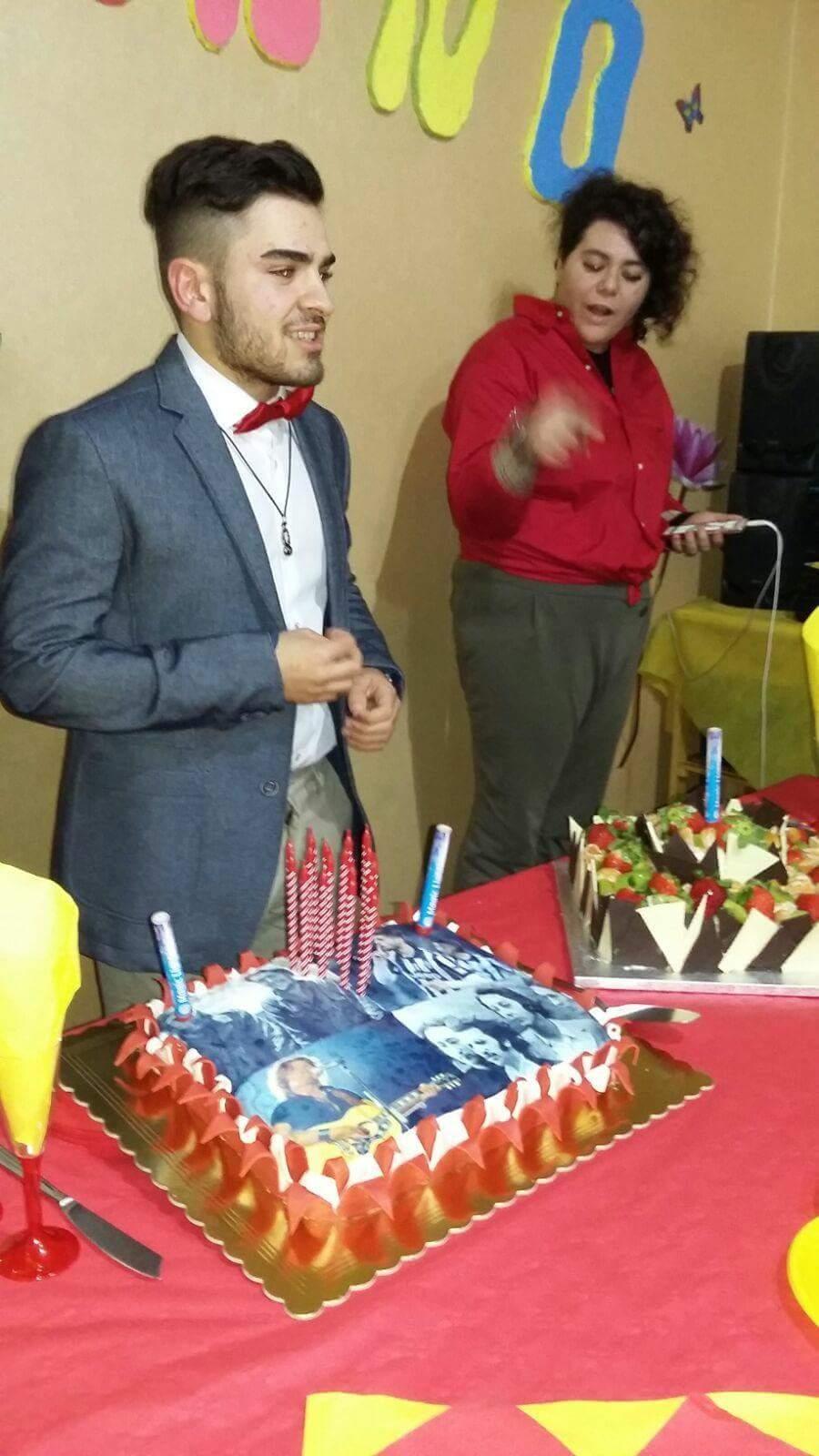 festeggiato di fronte alla torta