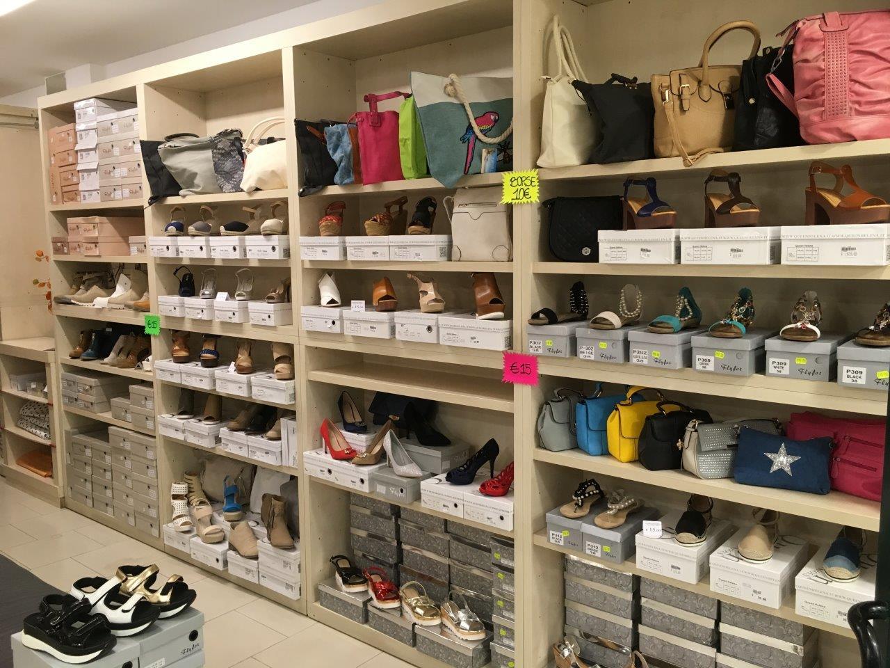 negozio di scarpe passeggiando