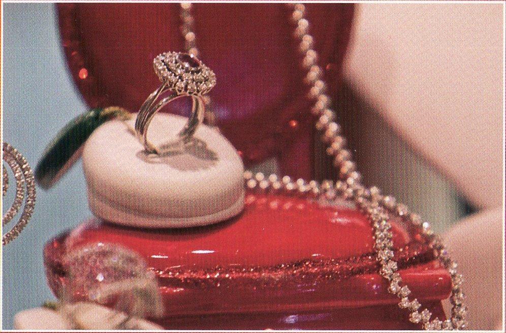 esposizione anello con pietra rossa e collana