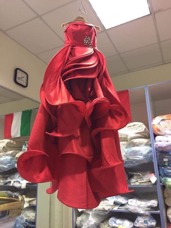 abito da sera rosso attaccato a un gancio della lavanderia