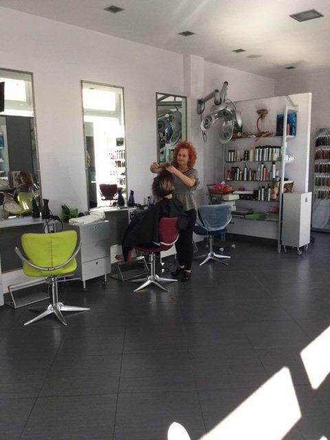 parrucchiere sta tagliando i capelli del cliente