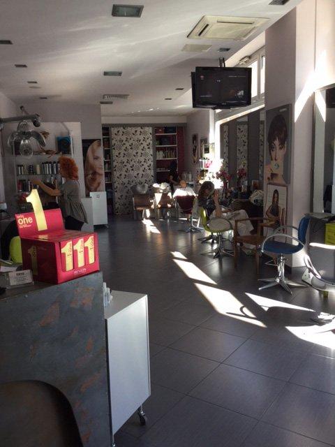 vetrina negozio di parrucchiera-vista frontale