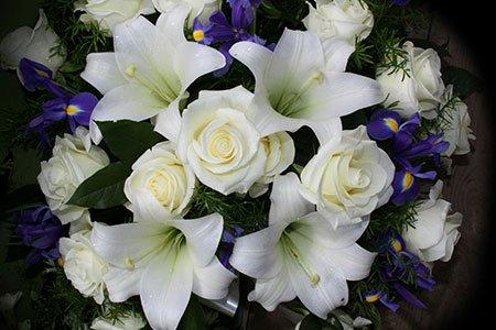 Rose e gigli bianchi, narcisi lille