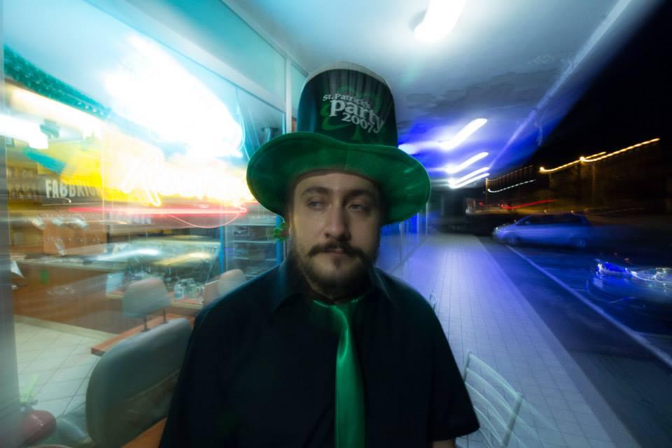 uomo con cappello e cravatta verde