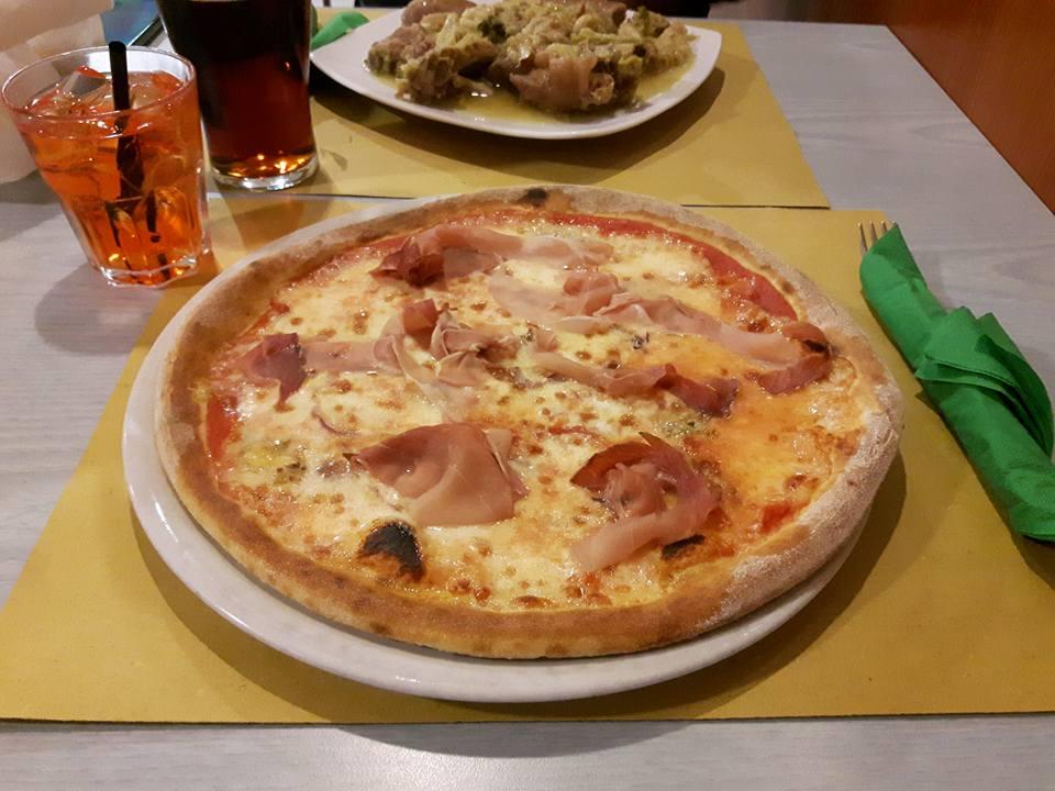 pizza margherita con prosciutto cotto