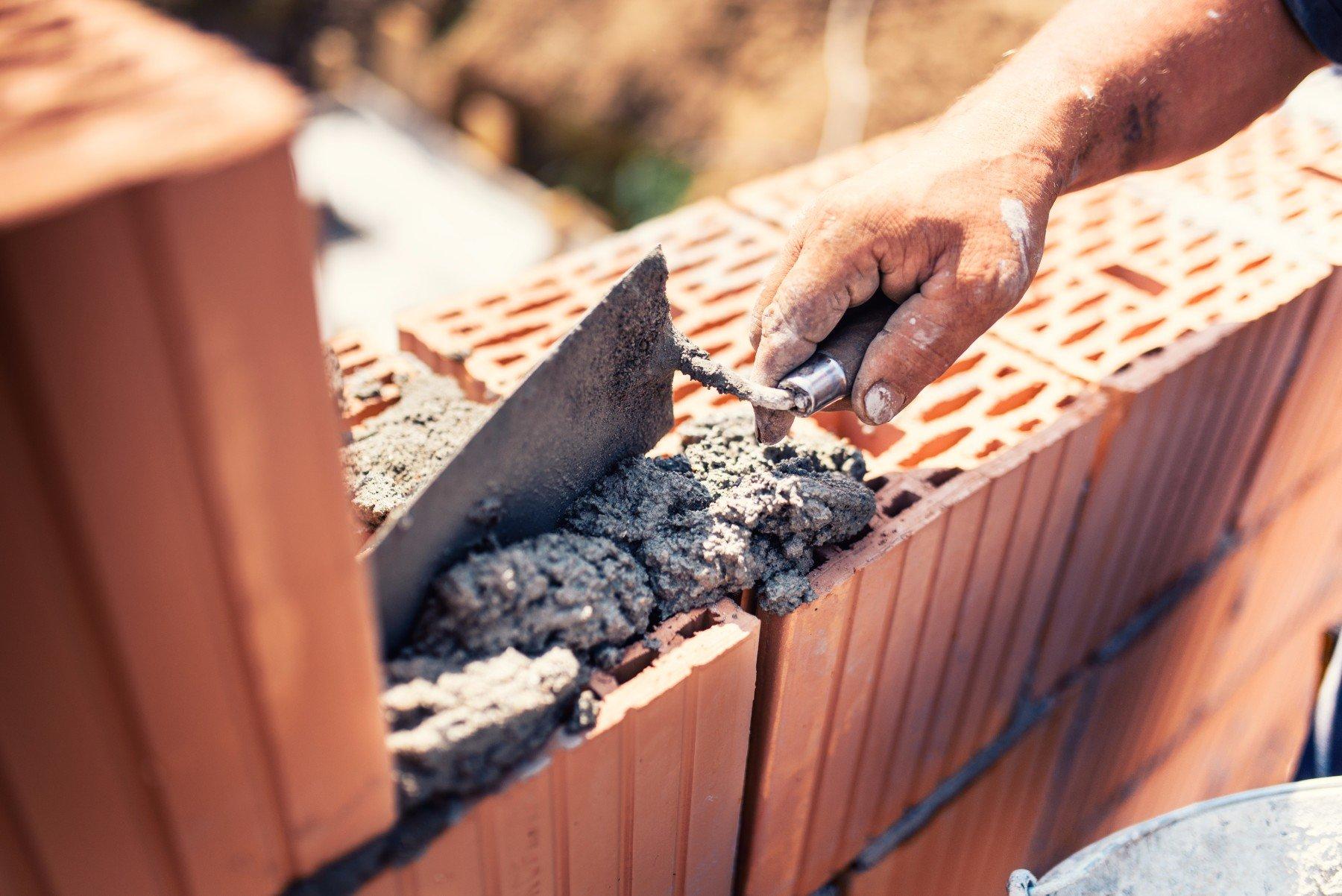 Edilizia muratore muratore costruzione di pareti con mattoni