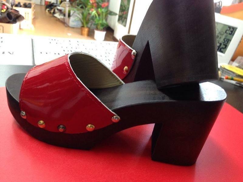 Sandali rosse di tacco alto, fatte di legno e pelle