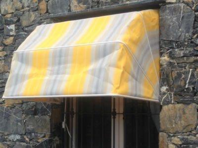 un tendone da esterno bianco e giallo