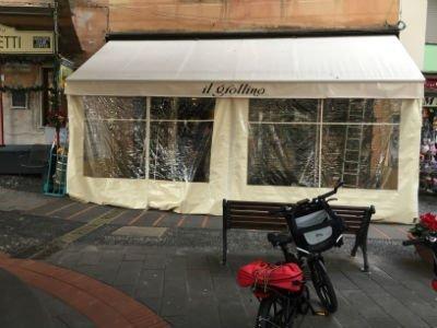 una veranda coperta da un tendaggio in plastica bianco