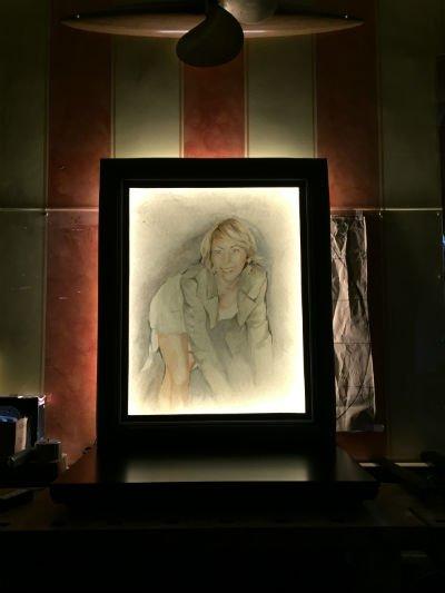un quadro raffigurante una ragazza bionda