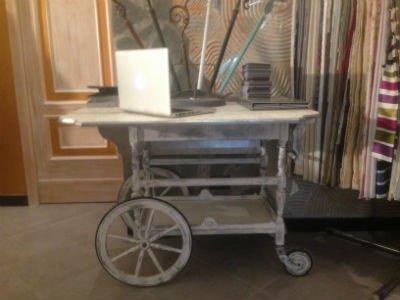 un carretto in legno con sopra degli oggetti