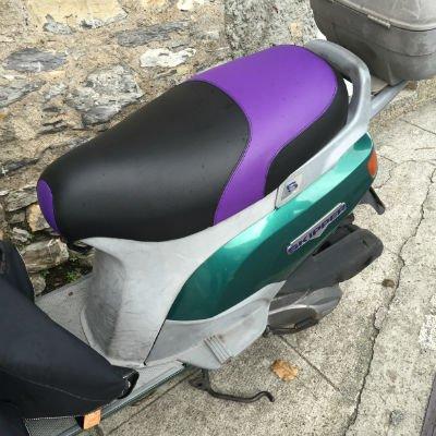 una sella di una moto nera e viola