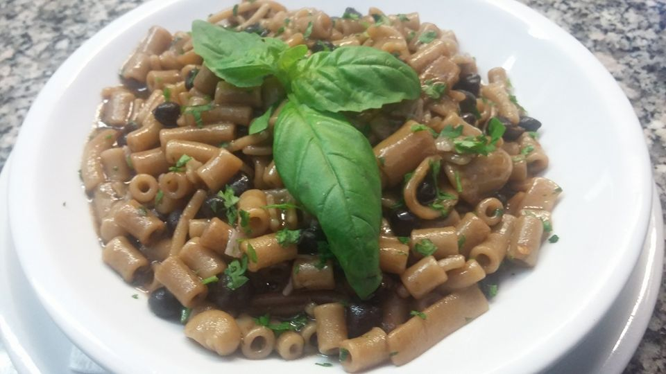 piatto di pasta e fagioli decorato con basilico