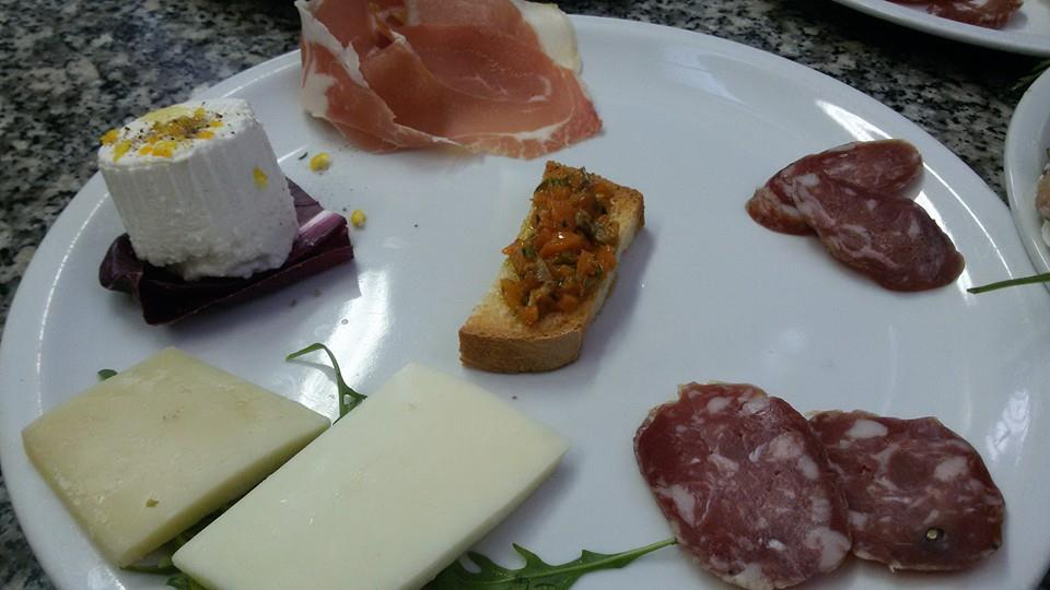 antipasti di affettati e formaggi