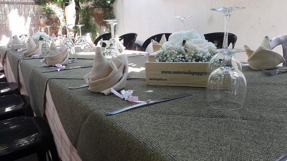 un tavolo con decorazione da matrimonio