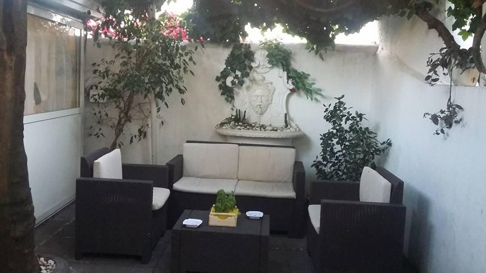 divanetti e tavolino nella veranda del ristorante